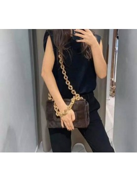 Accueil Accessoires pour femme sac à main tressé matelassé avec lanières en chaines en daim choco grand format -- HouseOfPeop...